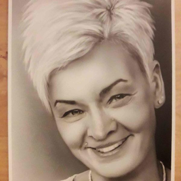 Frau portaitiert mit Airbrush